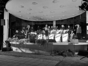 Die Band mit Sängeirn und Sänger